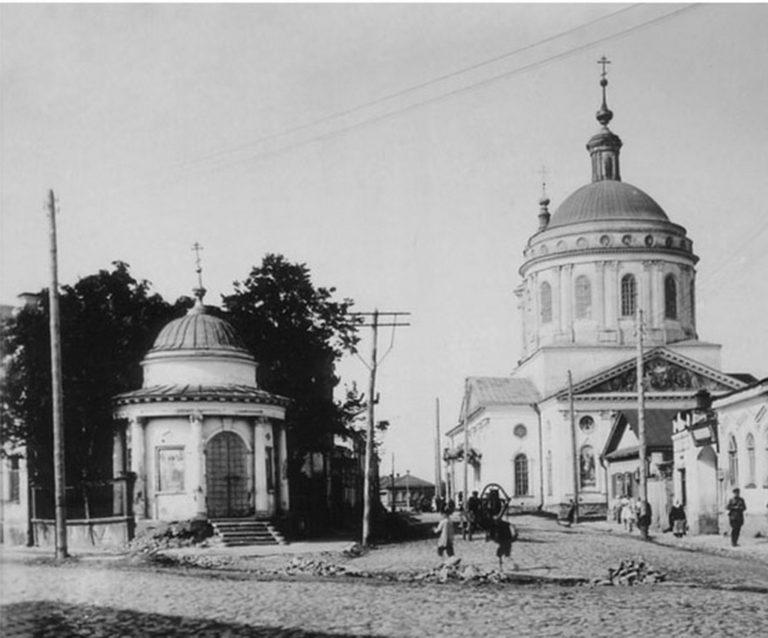 Церковь и часовня, старый город, булыжная мостовая.