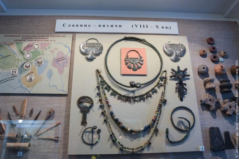 Разные древнерусские украшения, бусы, семилучевые подвески.