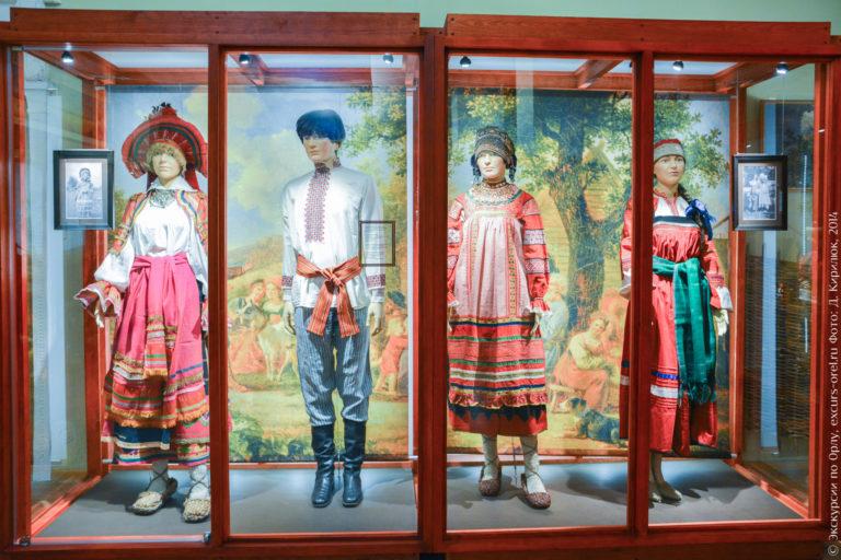 Манекены, одетые в традиционную крестьянскую одежду.