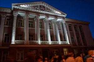 Советское здание с портиком и подсвеченными колоннами, вечер.