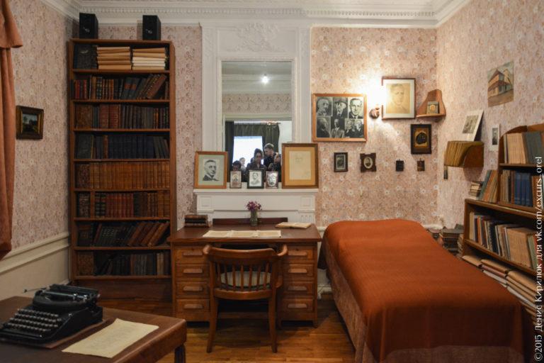 Столы, книжные шкафы, фотографии, тахта.