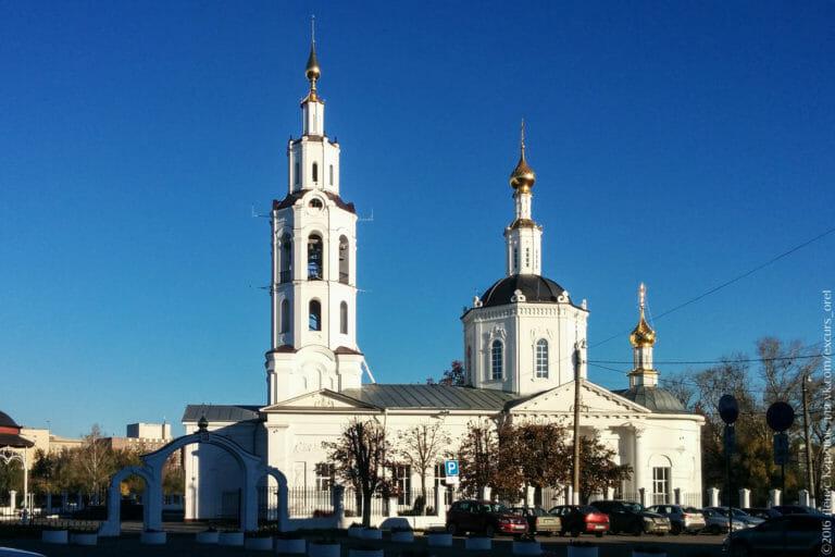 Белая церковь в классическом стиле, с чёрными куполами и золотыми главками, и с колокольней.
