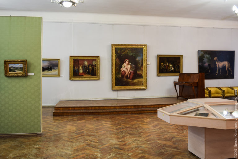 Картины в провинциальном музее с протертым паркетом.