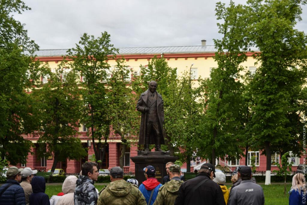 Памятник военному на фоне деревьев.