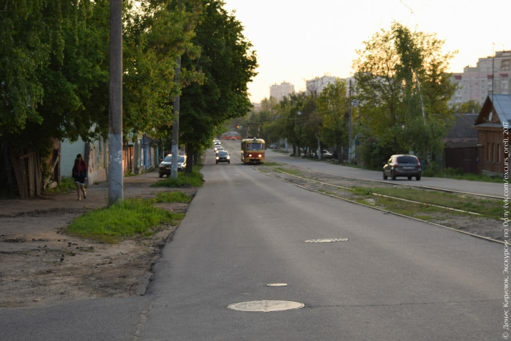Трамвай, окраинная провинциальная улица, вечер.