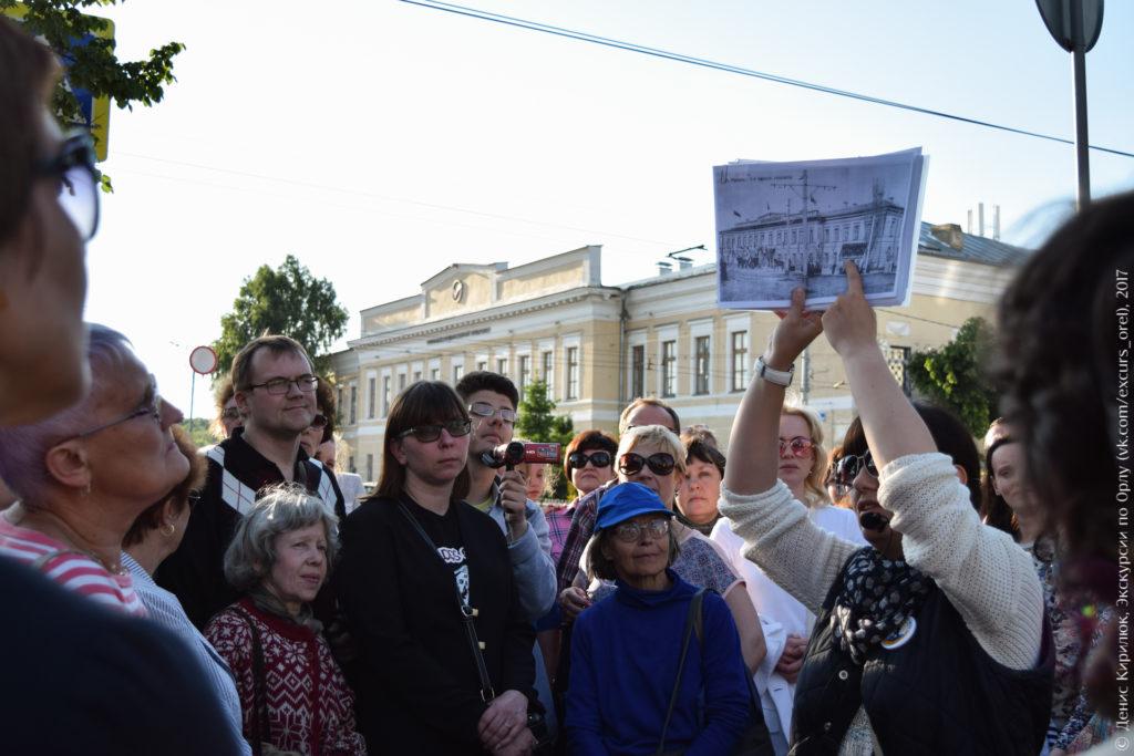 Экскурсанты на фоне классической гимназии.