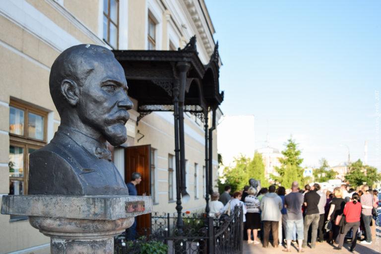 Бюст учёного перед зданием классической гимназии.