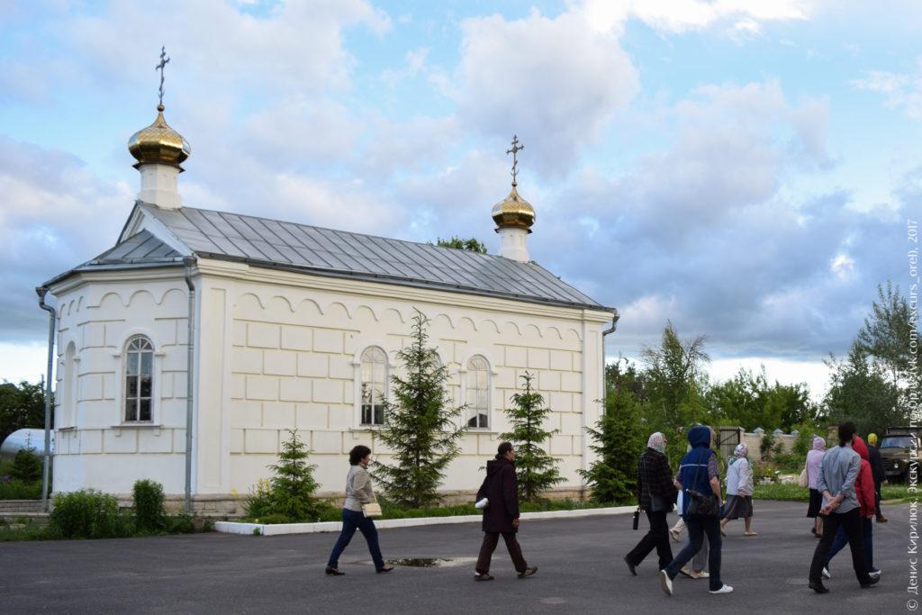 Небольшая двуглавая церковь.