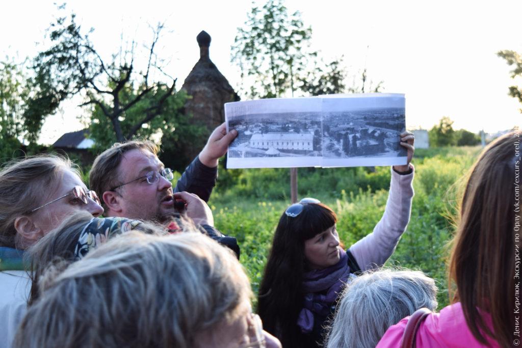 Экскурсанты на фоне руинированной часовни.