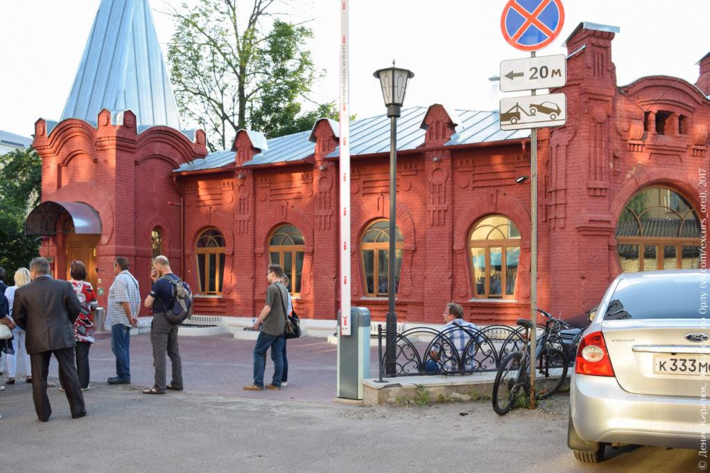 Одноэтажный дом красного цвета в неорусском стиле с элементами модерна.
