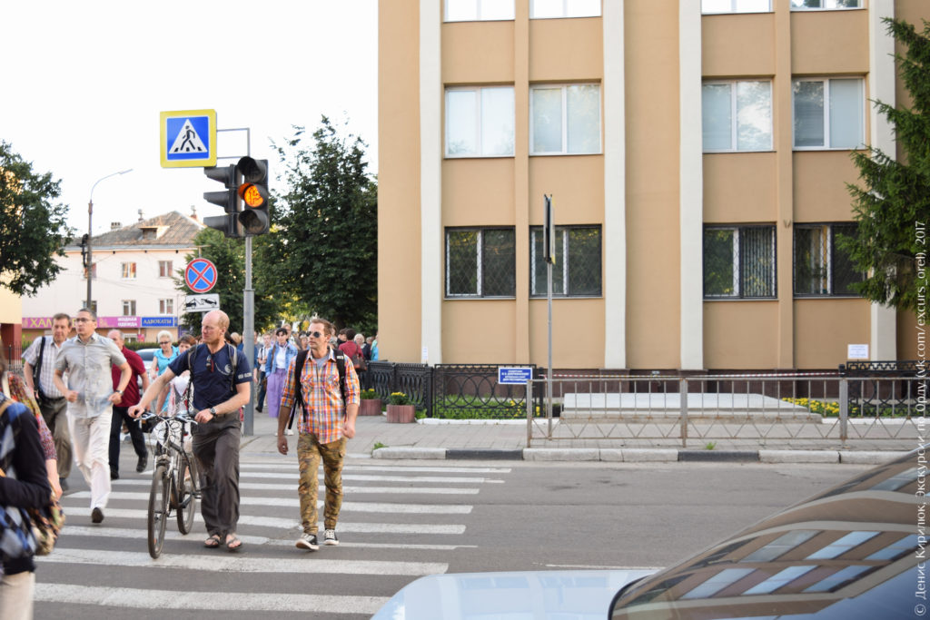 Административное советское здание и пустая площадка перед ним.