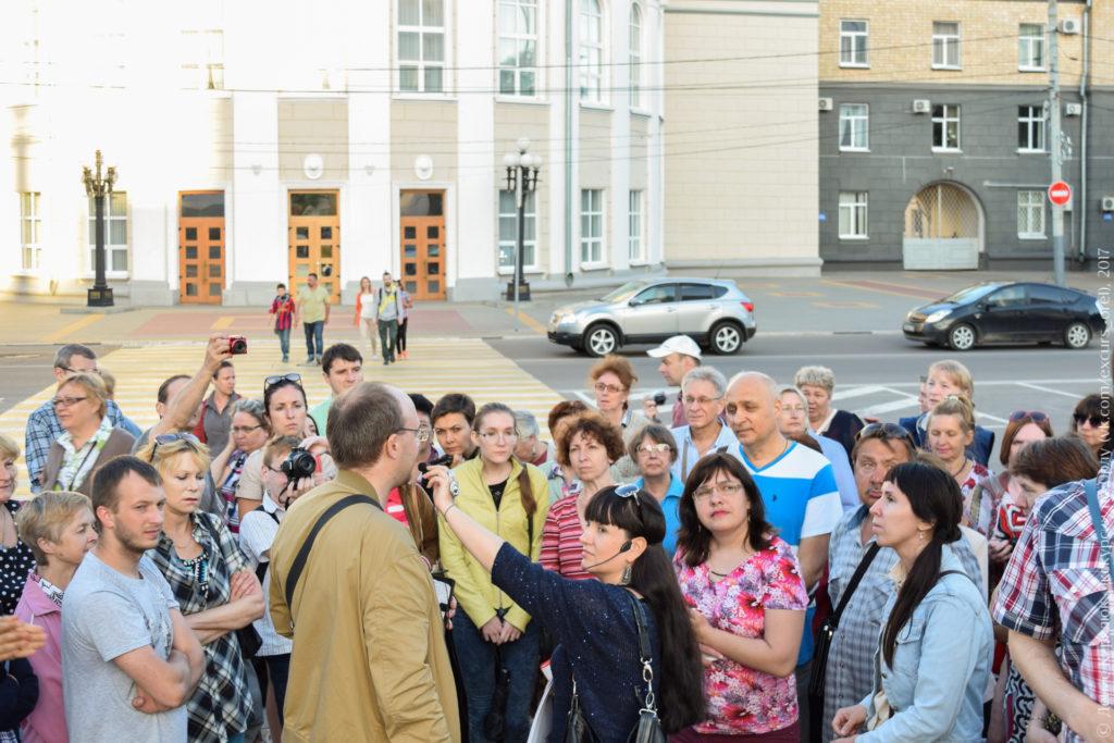 Экскурсанты на фоне большого административного здания.