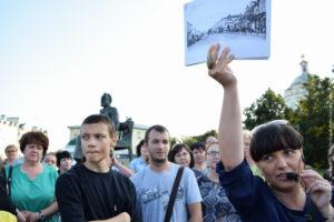 Экскурсанты на фоне памятника Лескову и храма.