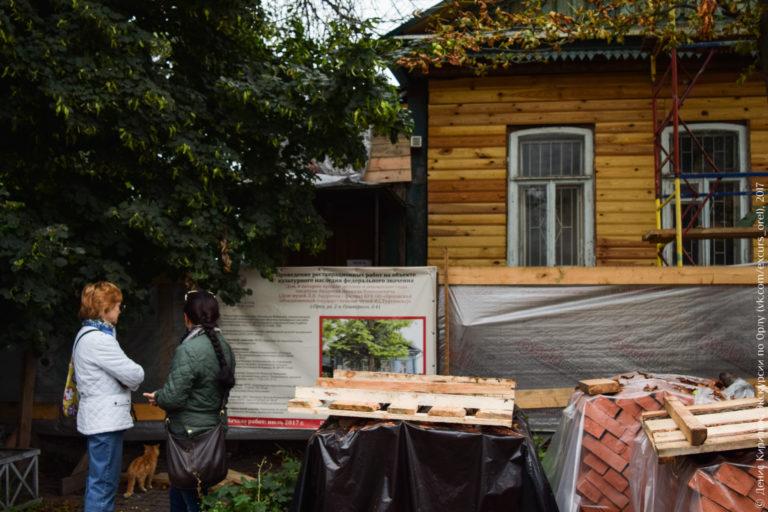 Деревянный дом со снятой обшивкой, ремонтные работы.