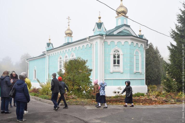 Одноэтажная двуглавая церковь.