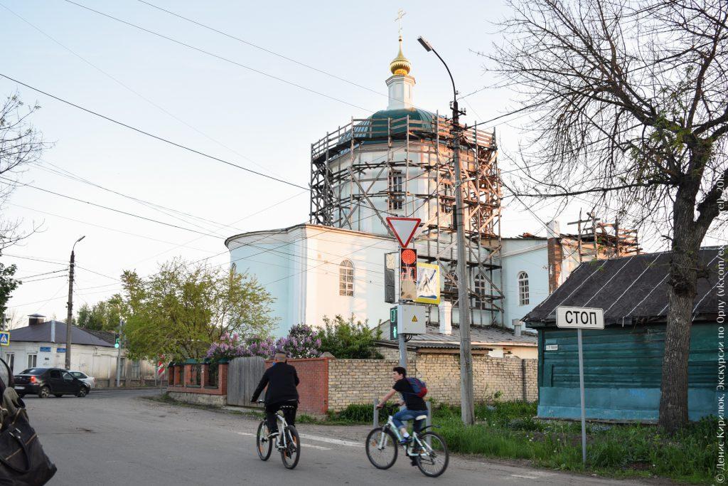 Церковь в лесах, сирень, велосипедисты, вечер