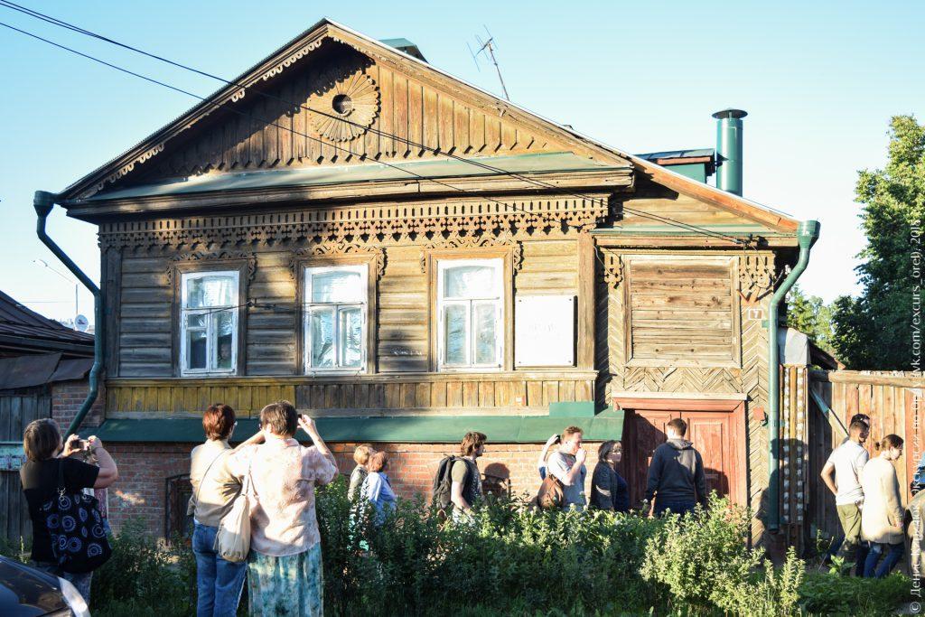 Красивый деревянный дом с мемориальной доской