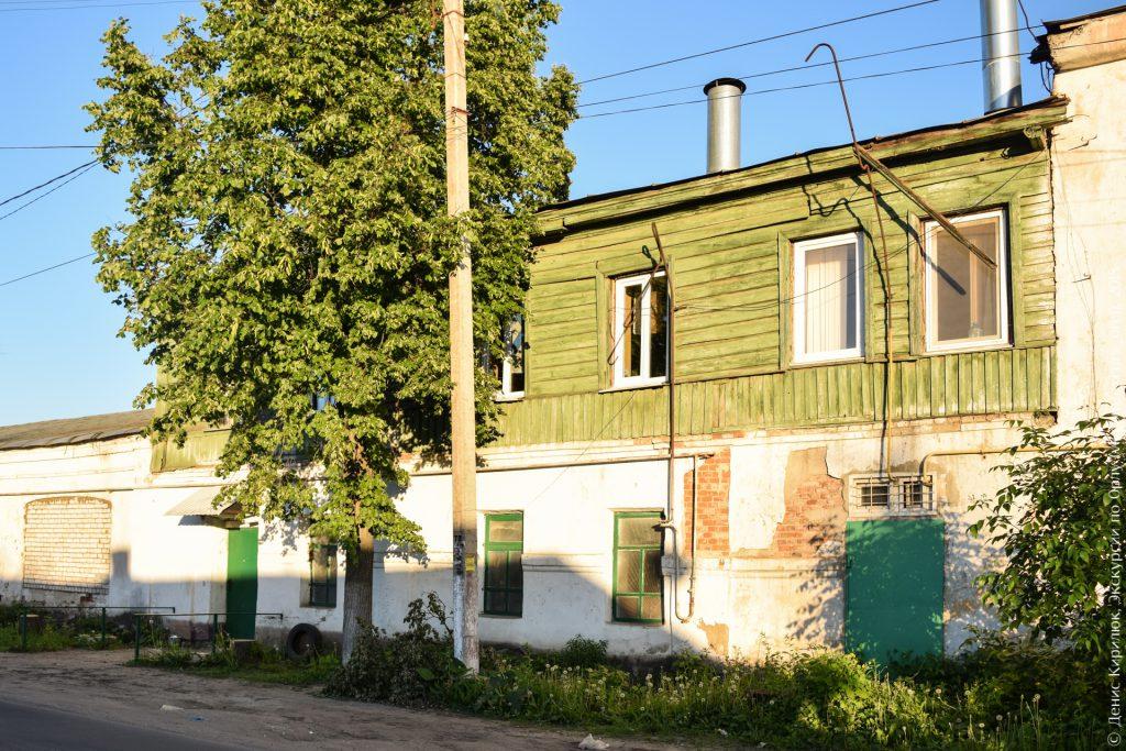 Двухэтажный дом, деревянный верх, каменный низ