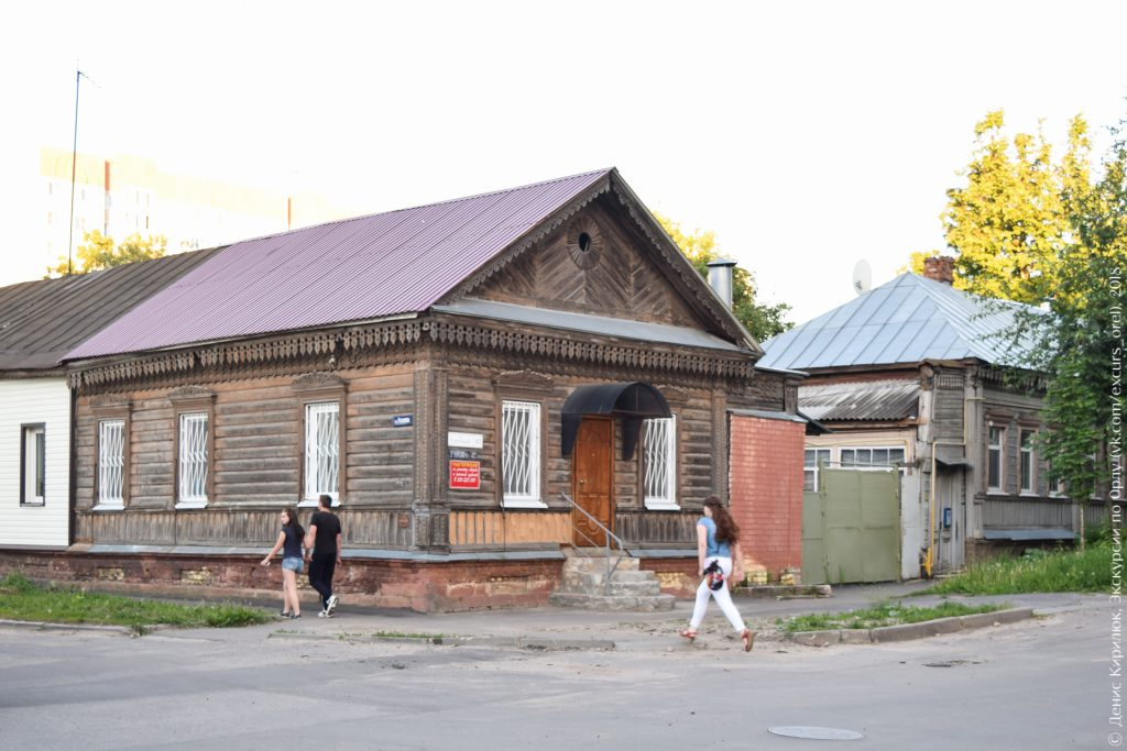 Деревянный дом с двускатной крышей