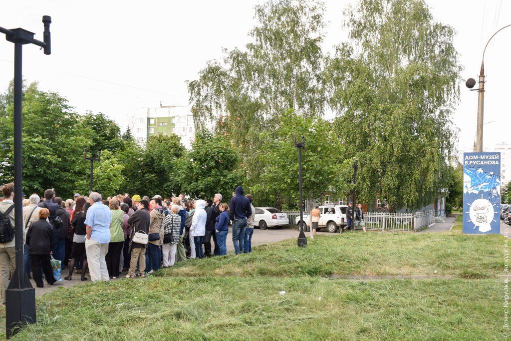 Указатель «Дом-музей В. Русанова», сквер