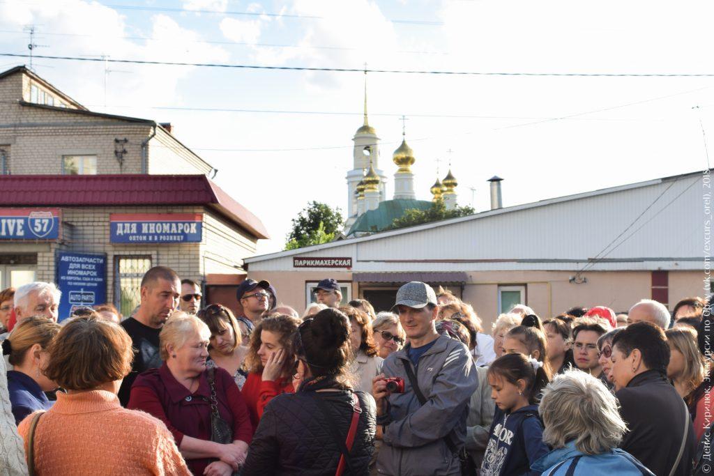 Церковь с золотыми куполами и магазины на окраине города