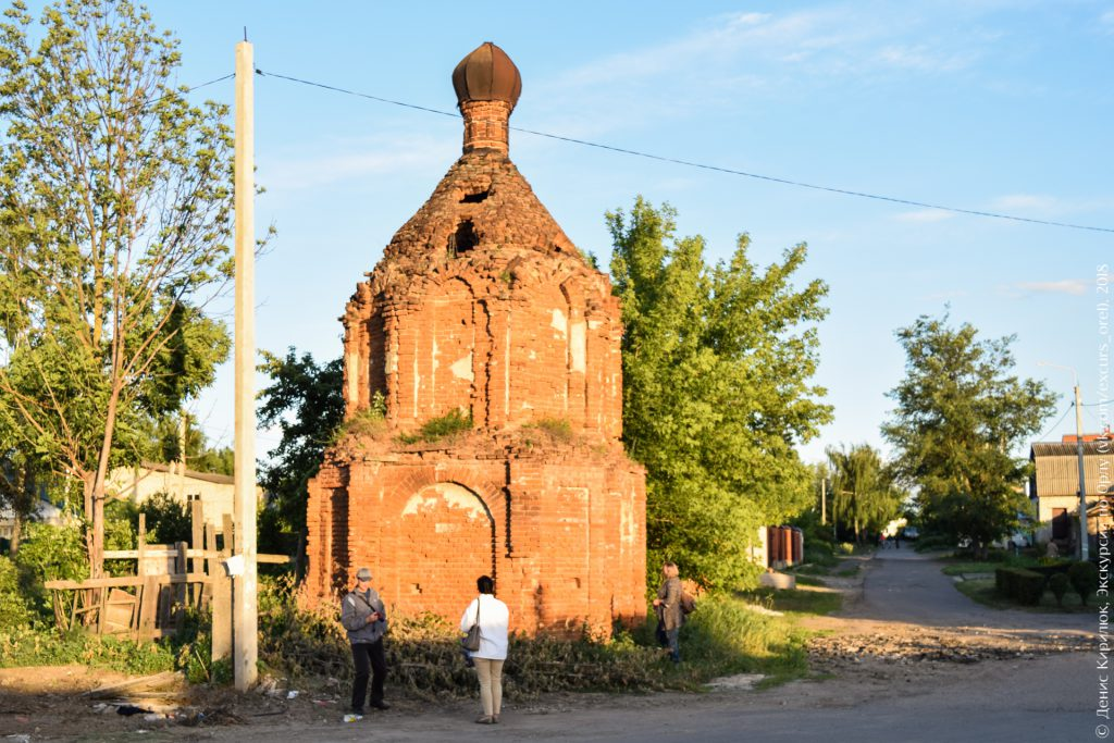 Руина, похожая на часовню, на пустыре