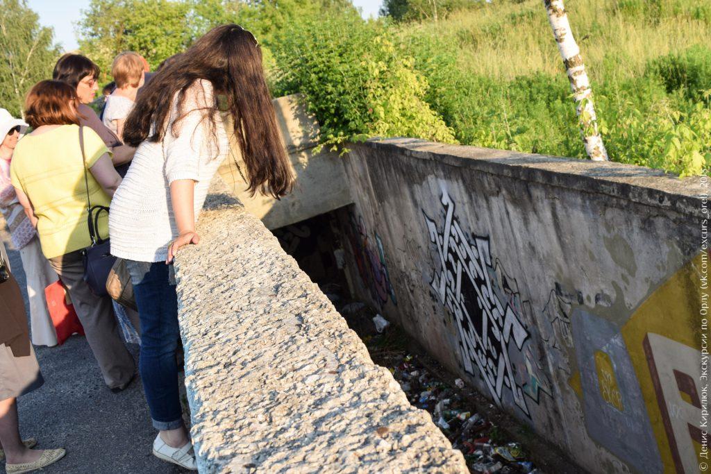Заброшенное бомбоубежище, мусор, граффити