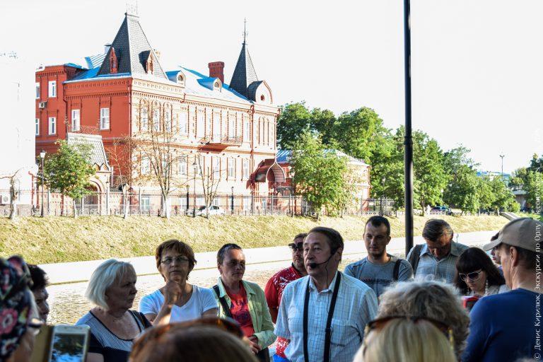 Здание банка в русском стиле над рекой