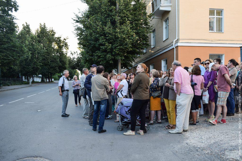 Тихая улица без машин, но с большой группой людей