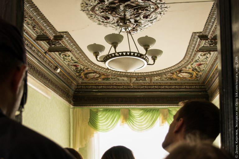 Люстра на потолке с лепниной