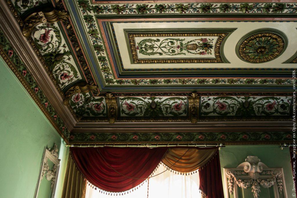 Лепной потолок с растительными узорами