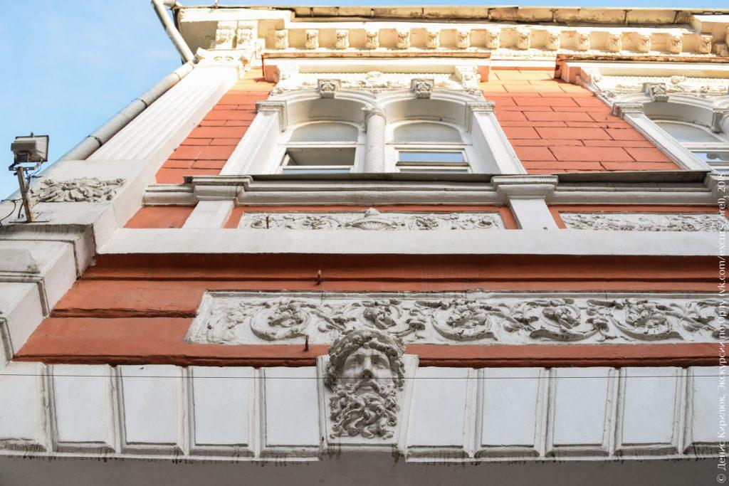 Дореволюционный дом с бородатым гермесом на фасаде, цвета красный с белым