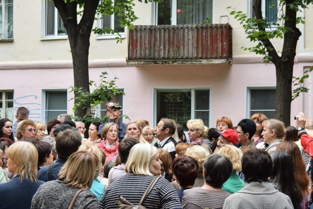 Экскурсанты и советский балкон