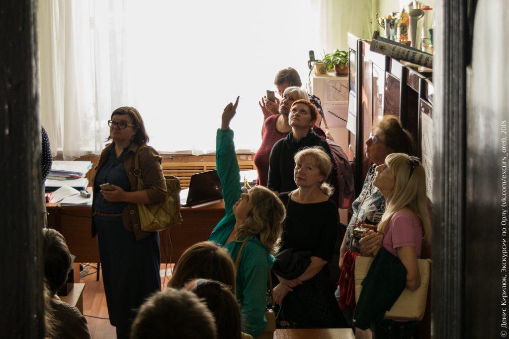Женщина указывает на потолок