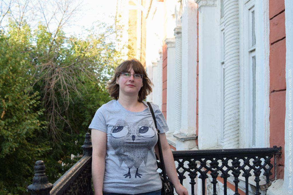 Фото девушки на фоне кованного балкона