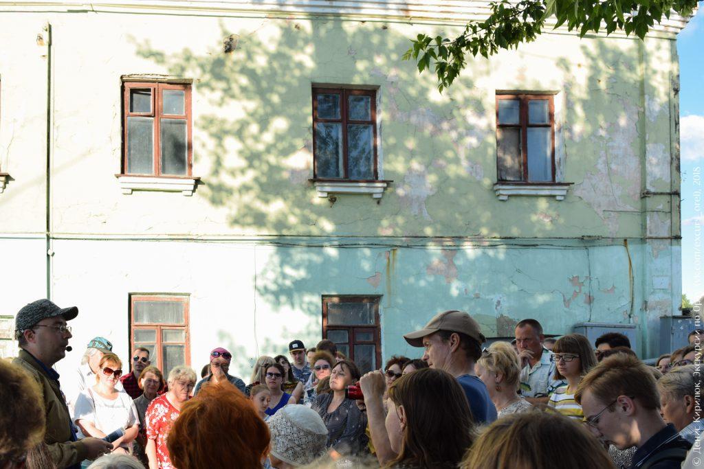 Советский двухэтажный дом и экскурсанты