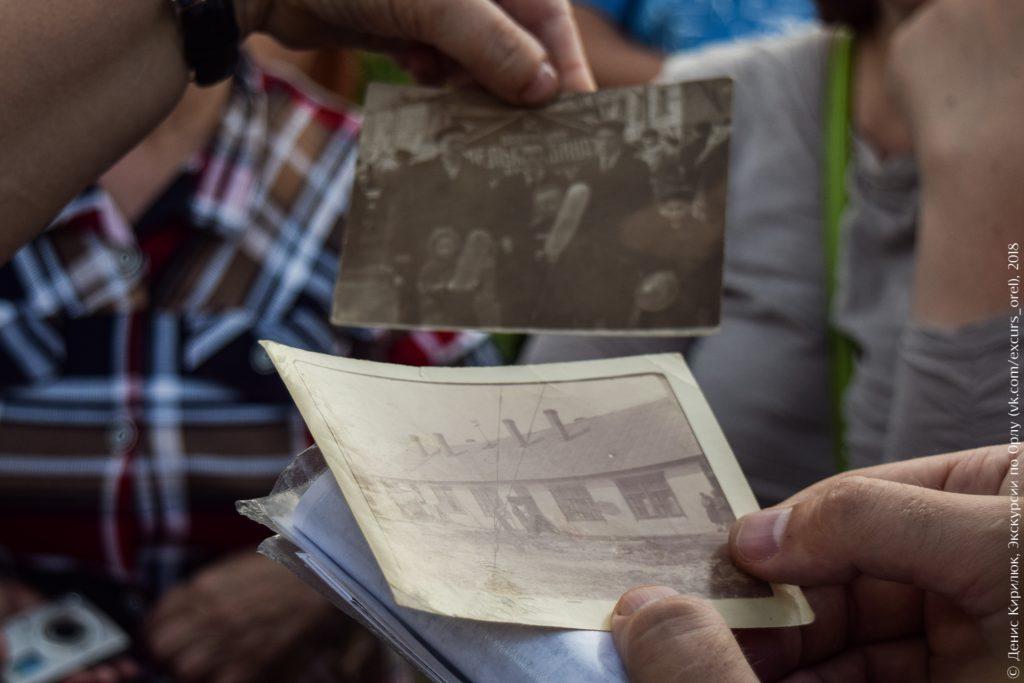 Старые фотокарточки в руках людей