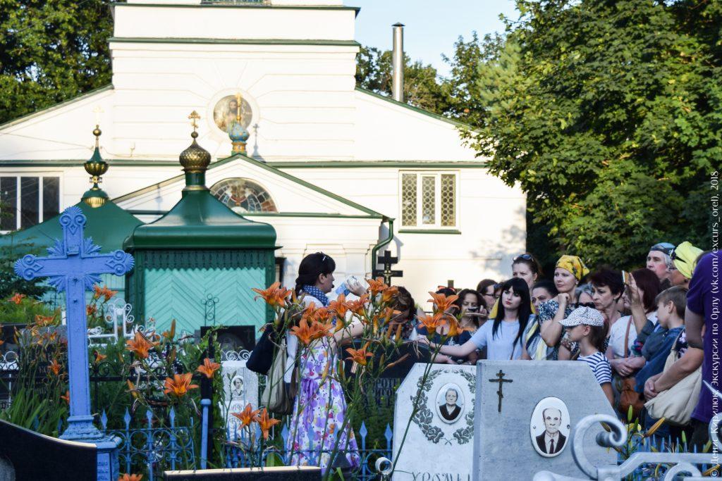 Кладбище, надгробия, церковь, люди