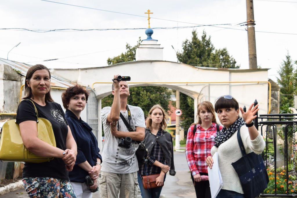 Экскурсанты на фоне старых кладбищенских ворот