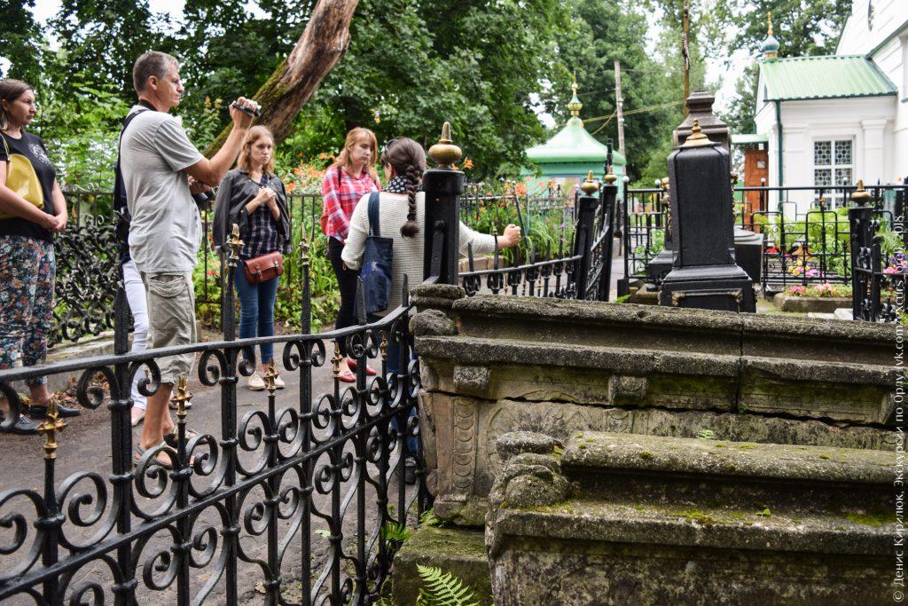 Белокаменные саркофаги на кладбище
