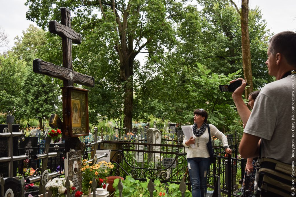 Большой деревянный крест с иконой на могиле