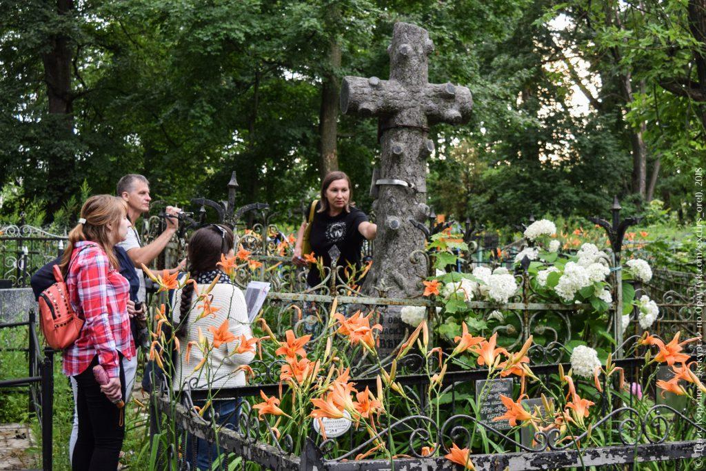 Большой крест в виде дерева с обрубленными ветвями на кладбище