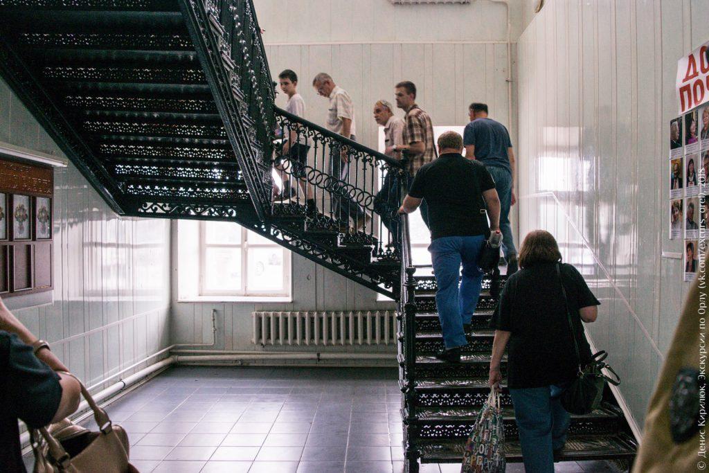 Люди поднимаются по ажурной лестнице