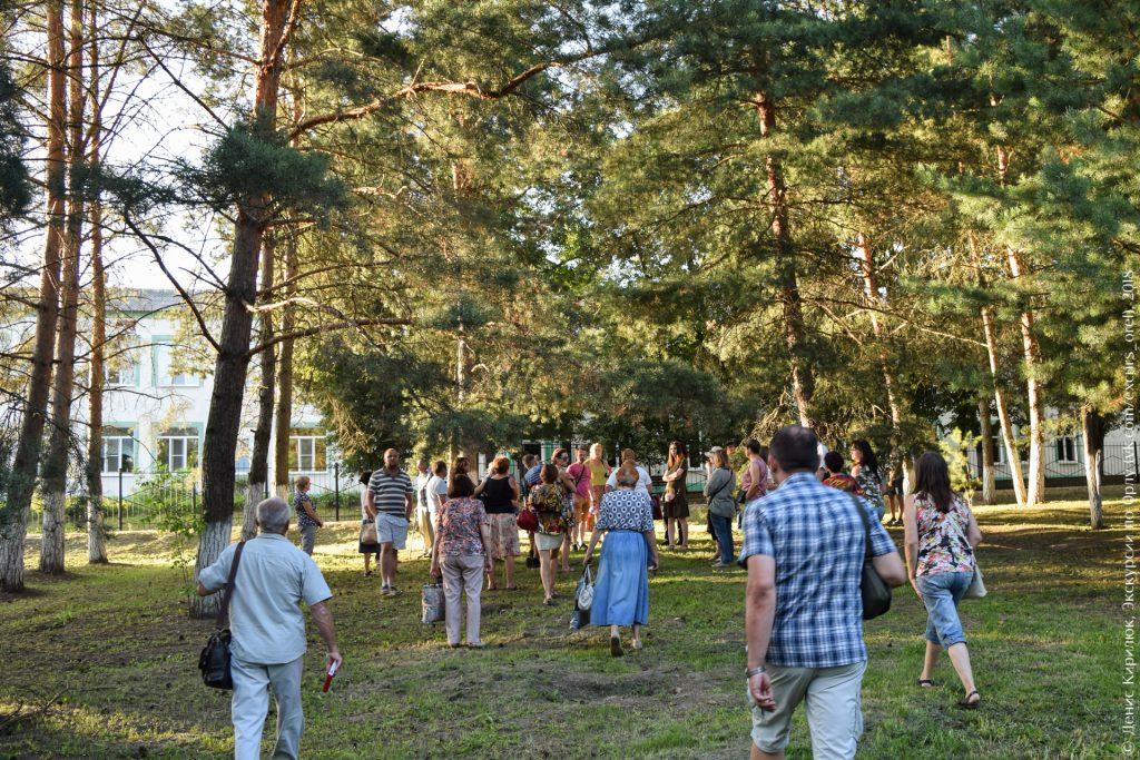 Сосновый парк, двухэтажное здание, люди