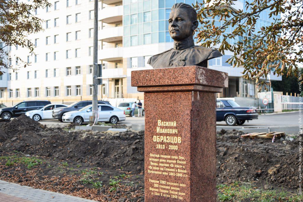 Памятник солдату на фоне современного здания