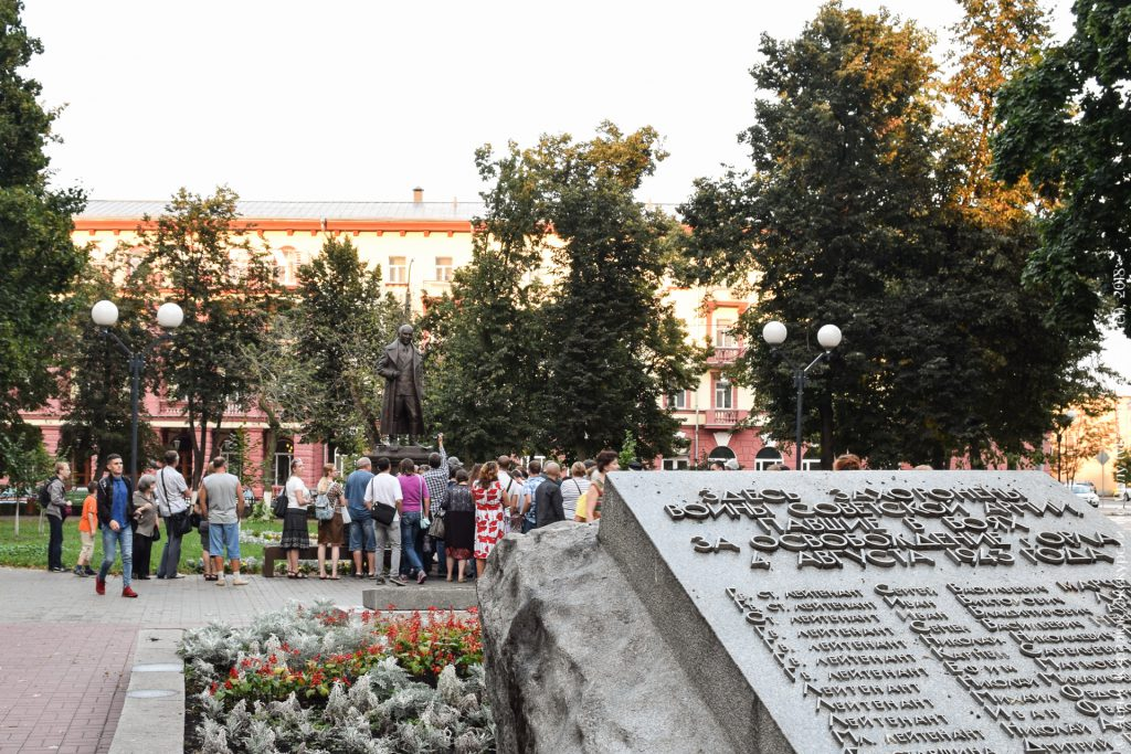 Братская солдатская могила на фоне памятника маршалу