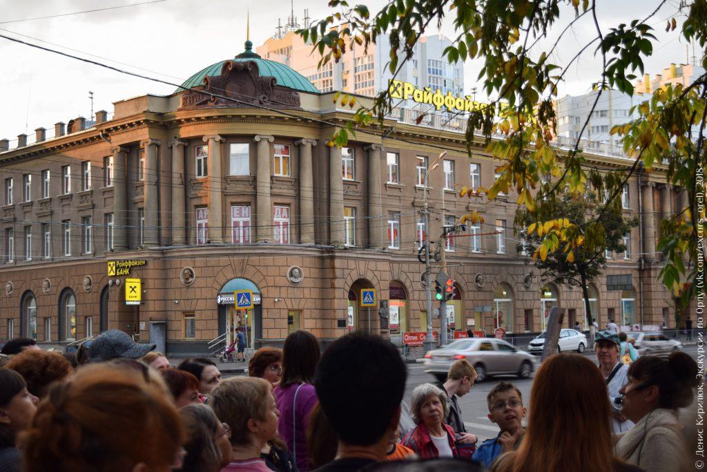 Здание в стиле сталинский ампир, с бюстами известных людей по фасаду