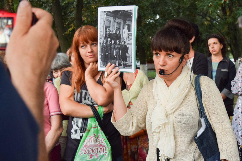 Старое фото с девушками на фоне памятника Сталину