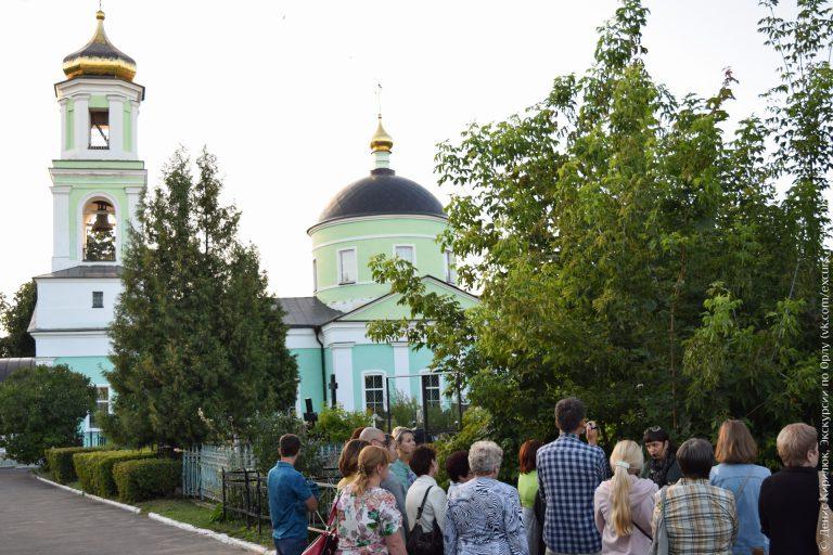Зеленая церковь в классическом стиле, кладбище