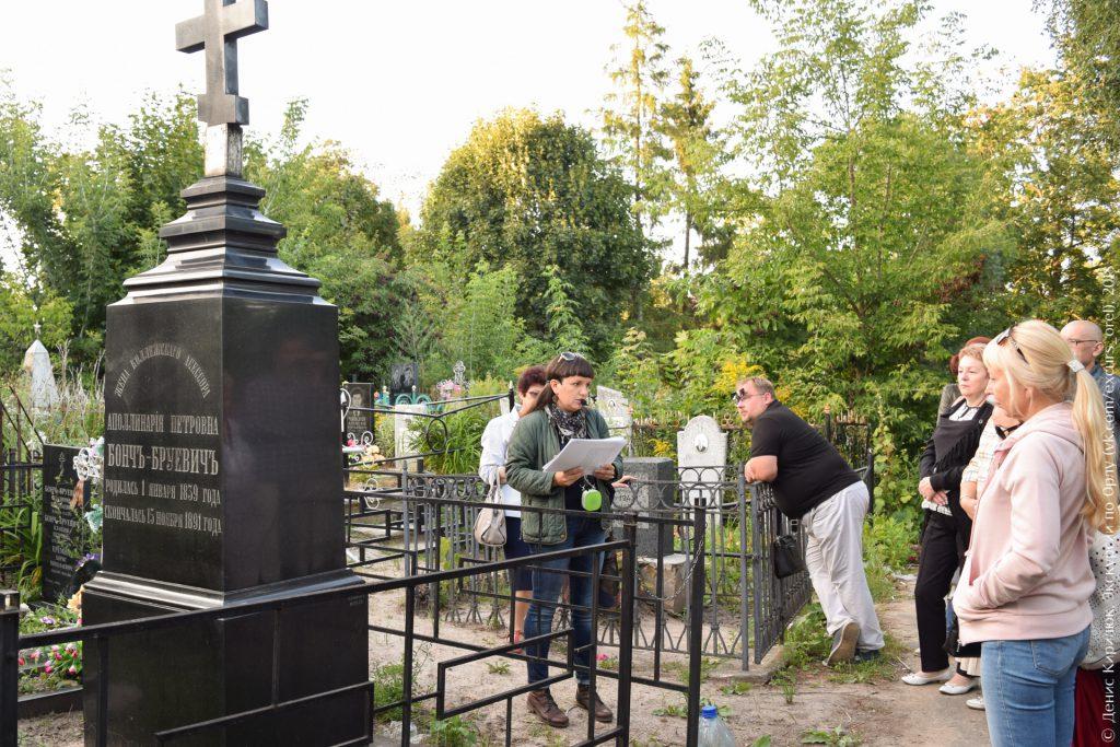 Дореволюционное надгробие с восстановленным крестом